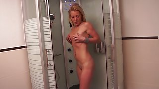 Naughty uncomplicated blonde old bag takes a chance to masturbate far the shower